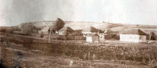 1950-е годы. Так выглядело село Сосновка в 50-е годы. На улице Военной (ныне Мирной) видны избы, мазанные глиной и белёные с соломенными крышами.