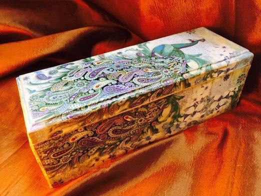 Шкатулка Павлин. Выполнена в трех техниках декупаж, мозаика, точечная роспись. Стоимость 5000р