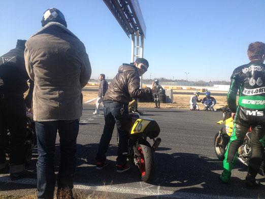 耐久なのでル・マン式スタートです。バイクを押さえる竹田さんと後ろでスタンバる紅蓮の騎士