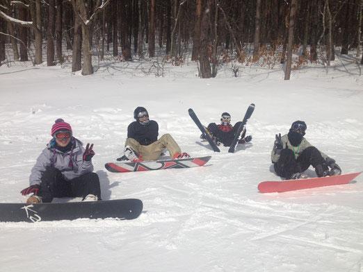 雪もまぁまぁ。途中でスキーとボードを交換っこしてました
