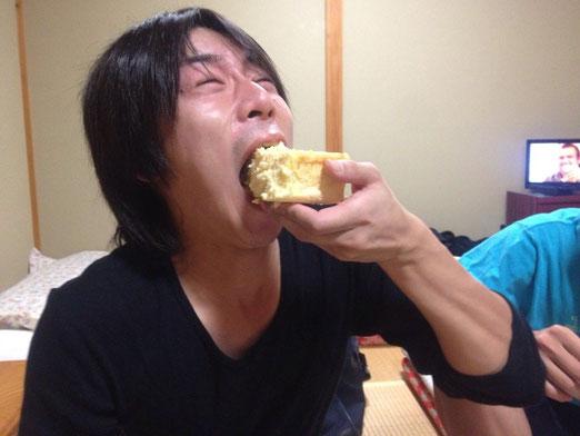 宿で酒を飲んでいたらなんどサプライズで私と竹田さんの誕生日を祝ってもらいました。ありがとう!しかも生クリームが食べられない俺に気を使ってチーズケーキにしてくれた!