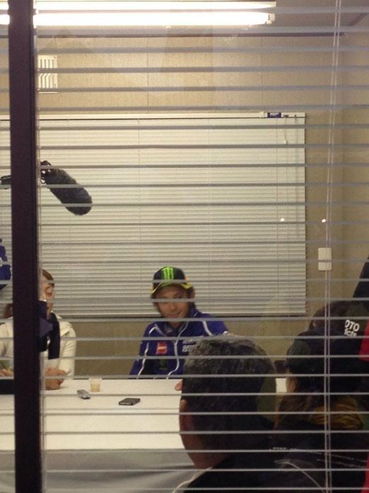 インタビューするバレンティーノ・ロッシ選手!世界人気No.1ライダーです。忙しい時でもいつでもニコニコしてファンサービスもとっても良く、身長高いです。