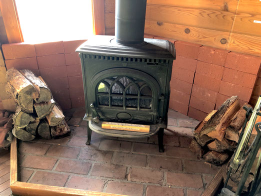 薪ストーブ裏にレンガを積んでみました。かなり熱くなるのでちょっと心配で。(2017秋撮影)
