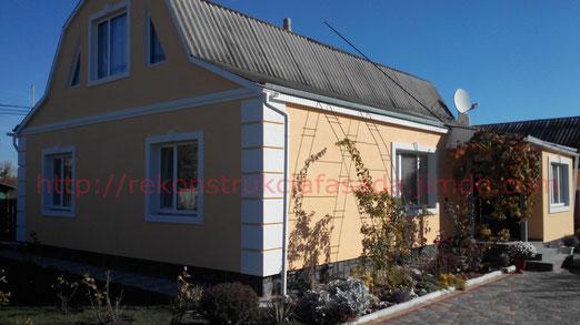 """дом после проведения фасадных работ(утепление,декор, нанесение декоративной штукатурки """"барашек""""."""