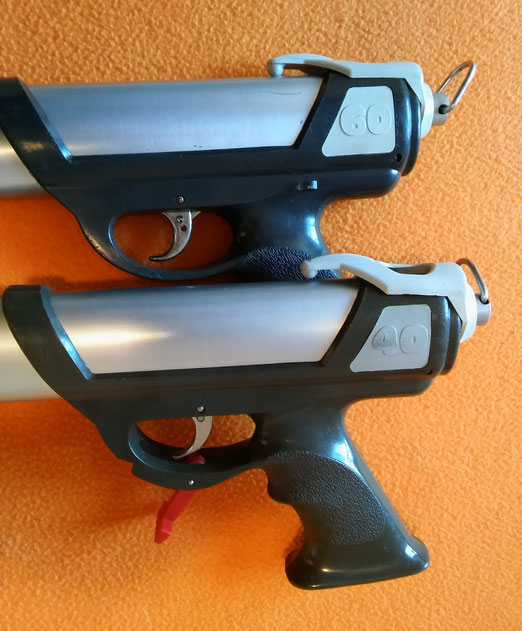 Fusiles Spirotechnique modelos Pulce 40 y 60, con dos sistemas de seguro diferente.