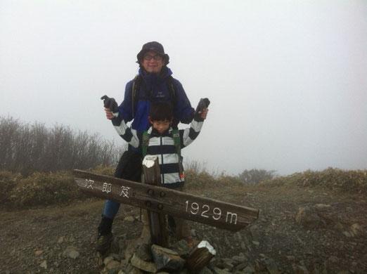 で、次郎笈山頂。 寒さと疲労で少し元気がない哲平、。 滞在時間1~2分で本日メインの剣山に。