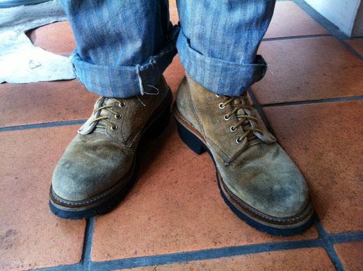 昔はよくブーツを履いてました。 最近は履かなくなりましたが、昨日、今日とレッドウィングを履いてみた、。 20年モノのロガーブーツ(木こり)です。 僕がレッドウィングの中で一番好きなブーツがコイツです。