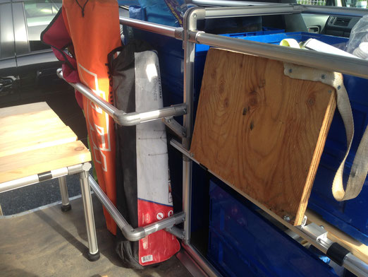 ▲バイク用トランポやアウトドアキャンプでは必須の、折り畳みテーブルやテントもスッキリ収納できましたね!