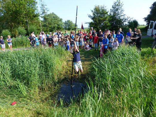 Stellv. Jugendwart Marcel maiwald beim Kluvstock springen