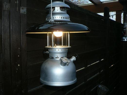 Geniol 250 HK der Schweitzer Armee  Diese Lampe habe ich von befreundeten Lampensammlern zu meinem Fünfzigsten Geburtstag geschenkt bekommen sie ist in einem neuwertigen zustand und leuchtet sehr zuverlässig . Es ist ein  Baugleiches Modell wie die Petrom