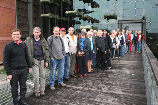 Tous les participants devant la nouvelle entrée du musée.
