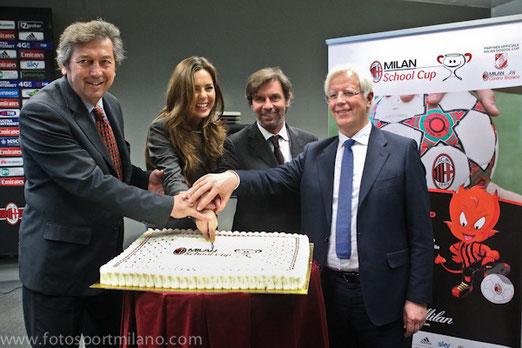 taglio della torta finale milan school cup 2014