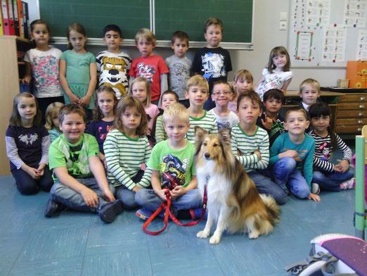 """1. Klasse Schuljahr 2014/15 Klassenlehrerin Michaela Piniel und """"Schulhund"""" Jumper"""