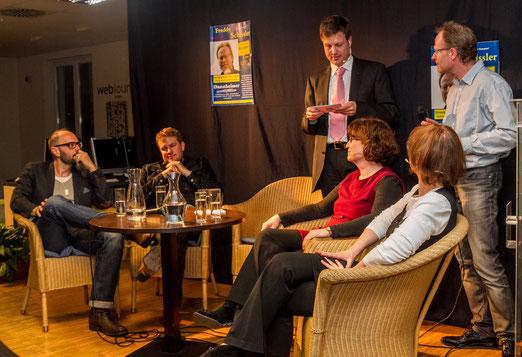 Talkrunde, zweiter Teil (von links): die Kluftinger-Autoren Volker Klüpfel und Michael Kobr; Moderator Thomas Weiß sowie die Traumfraun Claudia Lau und Elke Hermann