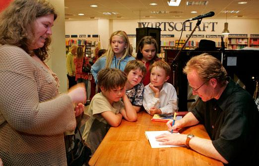 """Nicht nur Erwarchsene interessieren sich für Krimis: Auch junge Leser zeigten sich bei der Vorstellung von """"Tödliches Nachspiel"""" im Jahre 2005 in der Buchhandlung Dannheimer  interessiert."""