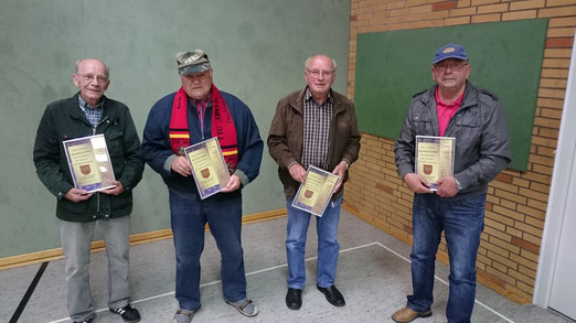 Die Ehrenspielführer der 1. Herren des TTC Onyx Schulenburg nehmen sichtlich bewegt ihre Auszeichnung entgegen. v.l.n.r.: Manfred Serth, Otto Kalinka, Fritz Quindel und Helmuth Hahm