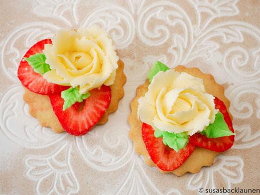 Kekse mit Erdbeeren und Buttercremerose