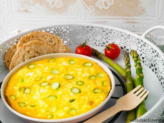 Frühstückseier mit grünem Spargel und Feta