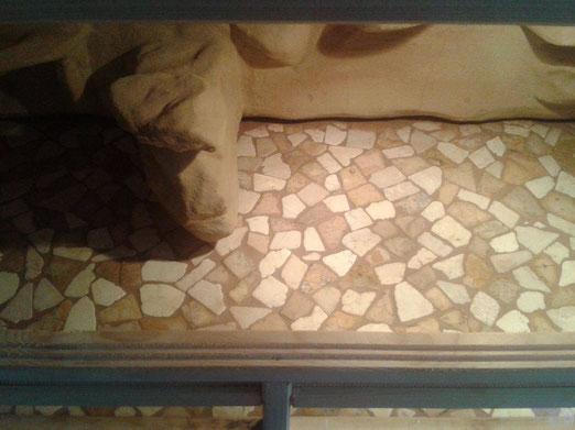 Ein Mosaik aus Naturstein-Fliesen