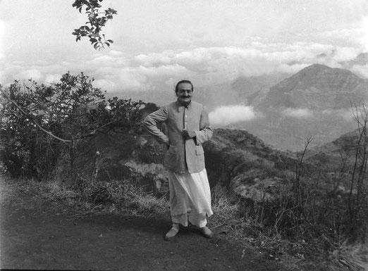 May 1954, Arthur's Seat, Mahabaleshwar, India - photo taken by Jangoo Irani ; Courtesy of  MN Collection