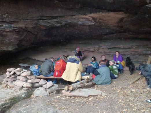 In der Höhle vor der Schwitzhüttenzeremonie