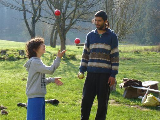 .... und jongliert, wie bei den Hippies :-)