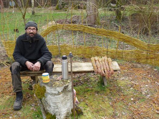 Der Weiden- Peter bei wichtigen Planungsarbeiten