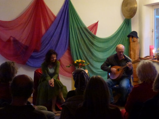 Bezaubernder Frühlingsmärchenabend mit Maya Wölm und musikalischer Begleitung
