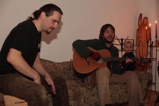 Thomas an der Cajon, Christian Gitarre und Gesang, Noah an der Rassel
