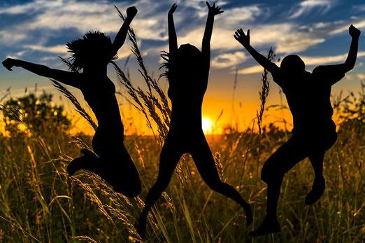 Alors le boiteux sautera comme un cerf et la langue du muet lancera des cris joyeux. La joie sera abondante dans le futur paradis terrestre.