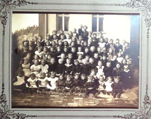 Foto von Kindern, vielleicht Kindergarten(?) um 1920 Nähe Klingerplatz in Engelsdorf