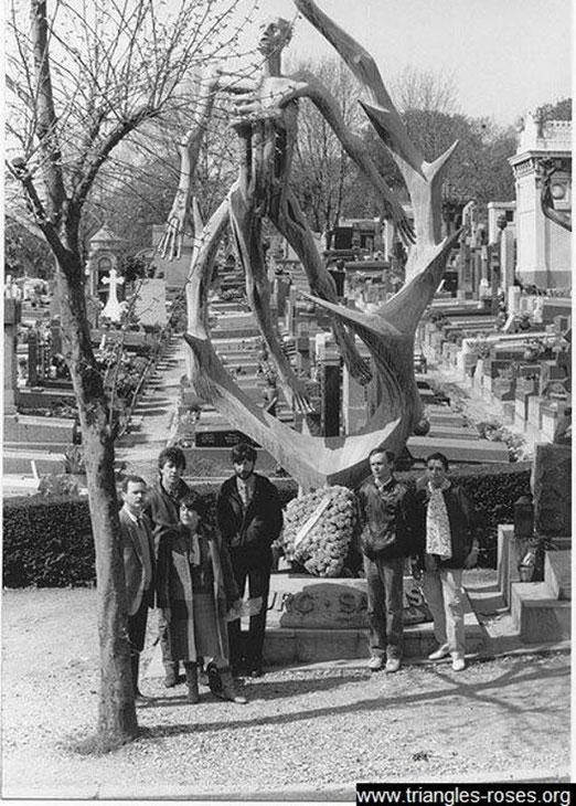 Ecartés des cérémonies officielles, Renaud Camus, Geneviève Pastre et Jean Le Bitoux déposent une gerbe au Père Lachaise, en 1983, devant le monument à la mémoire des déportés d'Oranienburg et de Sachsenhausen