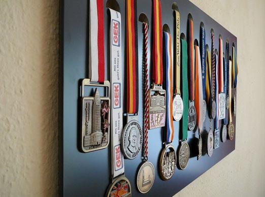 Anthrazit Medaillenwand für 19 Medaillen