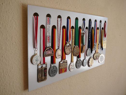 Weiße Medaillenwand für 19 Medaillen