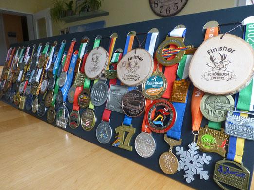 Medaillenwand anthrazit im  Ständer 37 Löcher, hier bestückt mit 64 Medaillen