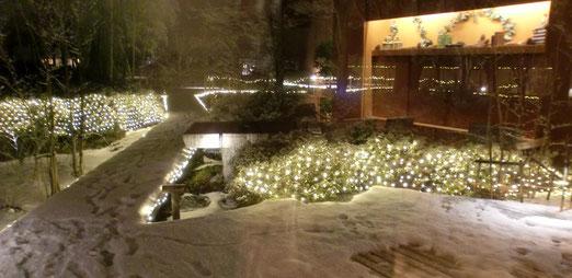 雪の「ゆと森倶楽部」、中庭です