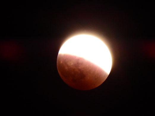 地球の影に入ると、赤い月になります