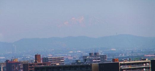 お城の天守閣からは遠くに雪の御嶽山が見えました