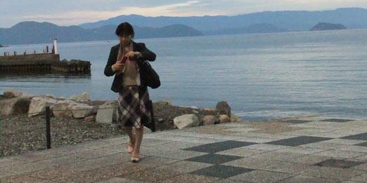 日暮れの今津にて 写真右には竹生島