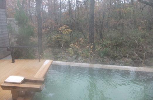 谷川沿いの露天風呂「川の湯」です