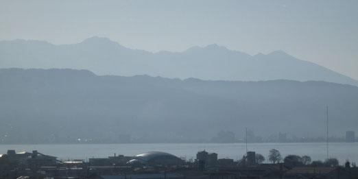 岡谷市から望む八ヶ岳。この八ヶ岳のふもとにギャラリーがあります。手前は諏訪湖。