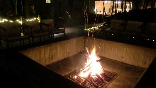 広い中庭の炉から望むロビー(右上)