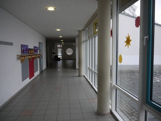 Helle und freundlich gestaltete Flure führen zu den ebenerdig liegenden Klassenzimmern, die alle eine Tür ins Grüne