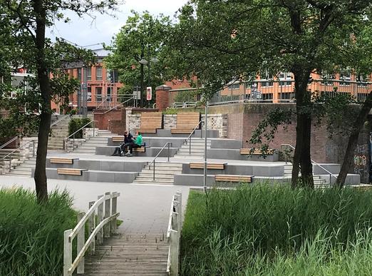 Sitzstufenanlage im Moorbekpark neben der Moorbekpassage / Rathausallee