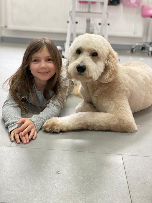 Finya und Kundenhund Mali 🥰 kuscheln im Salon 🍝