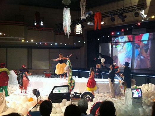 Bühnenbild, Kostüme, Zirkuswelt, Luftballons, Clowns