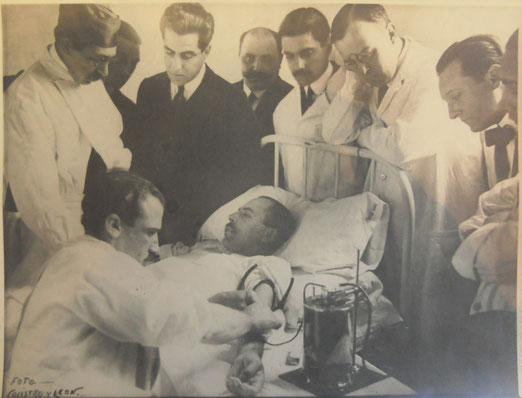 Escena de la Primera Transfusión de Sangre Indirecta, realizado por el Dr. Luís Agote utilizando citrato de sodio en la dosis justa (No tóxica) por primera vez el Lunes 9 de Noviembre de 1914.