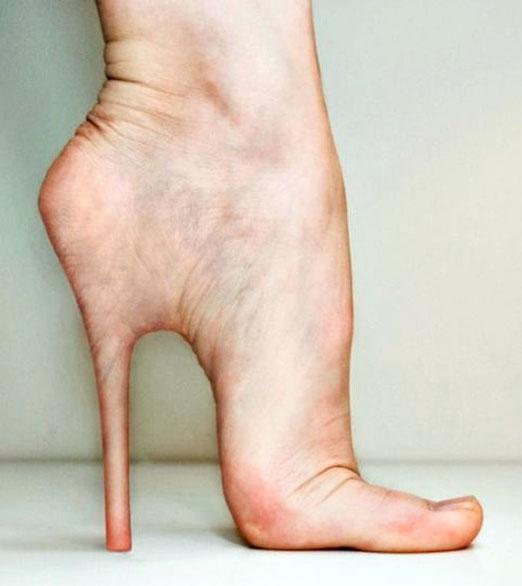 Cada ves son más la mujeres que usan zapatos de tacos altos y al final terminan deformando sus pies, jajaja...