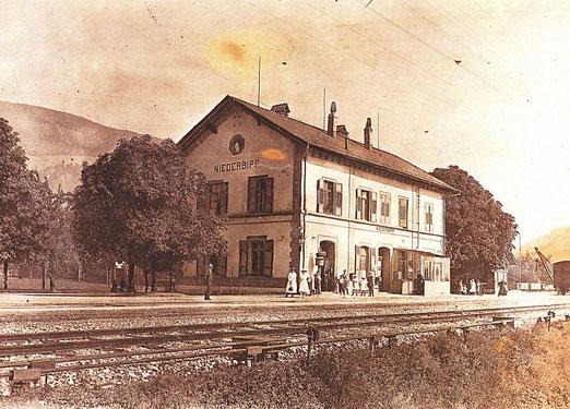 Der alte Bahnhof von Niederbipp. Foto nach der Jahrhundertwende. Vorbild für den Amrainer Bahnhof im Roman »Borodino«. – Foto Archiv © Pedro Meier Multimedia Artist