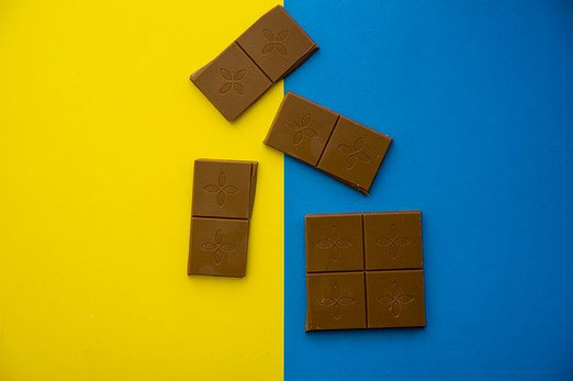 4つのピースに割られた板チョコ。